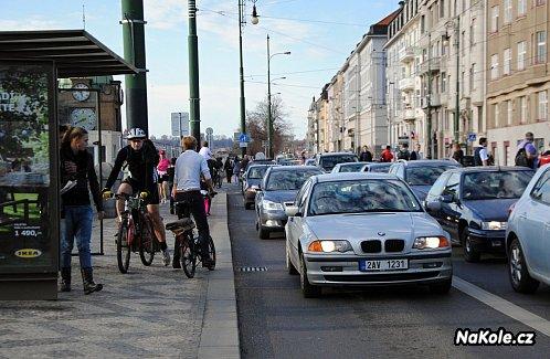 Na prostor pro cyklisty se zapomíná – například při uzavření frekventované cyklotrasy (Praha).