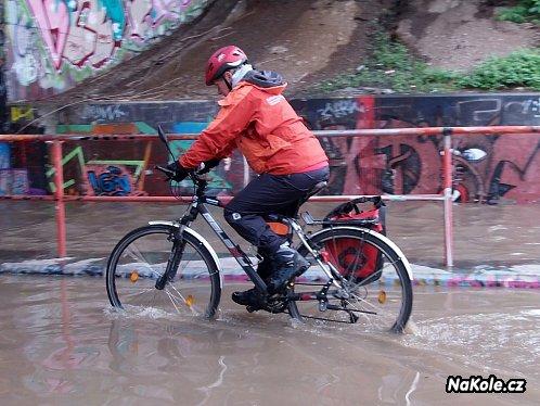 Voda zaplavila cyklostezky, hlavní dálkové trasy mají vlastní povodňové zpr