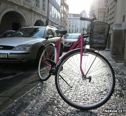 Růžová kola pro Pražany: Slibně fungující Bikesharing
