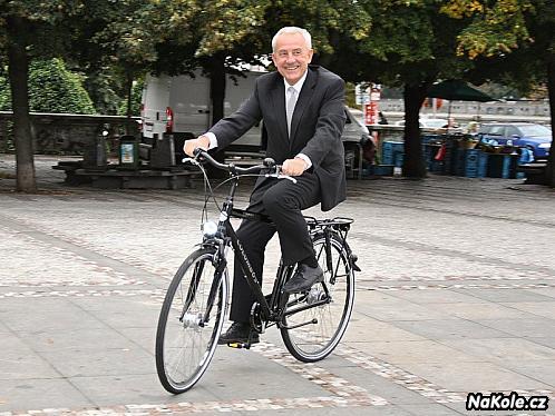 Leoš Heger: Nejsportovnější člen vlády obdivuje jízdu na kole v obleku